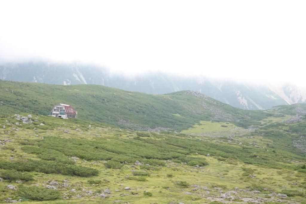雲ノ平・雲ノ平の真ん中あたりに建っている雲ノ平山荘