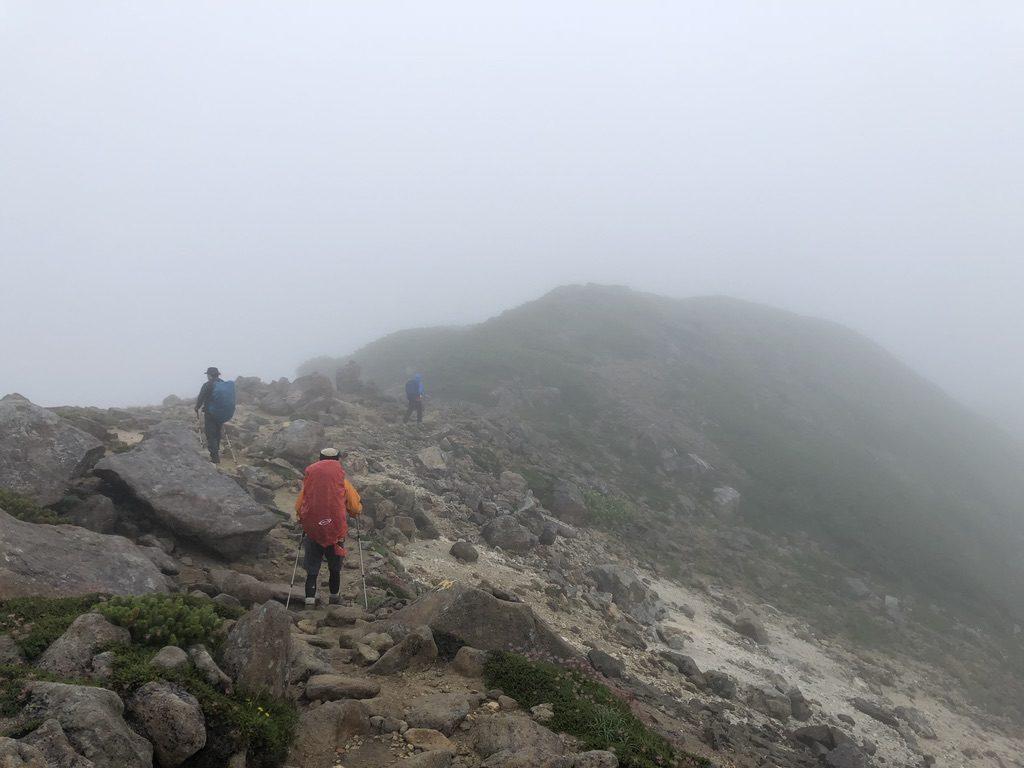 雲ノ平・岩苔乗越向かう道・あいかわらずの視界ゼロ