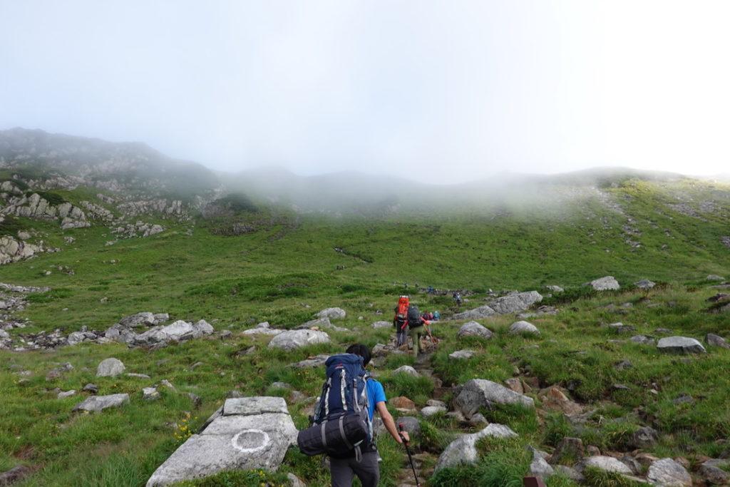 雲ノ平・黒部五郎岳の壮大なカールを登り始める