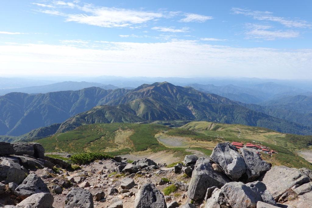 白山・御前峰山頂からの室堂、別山