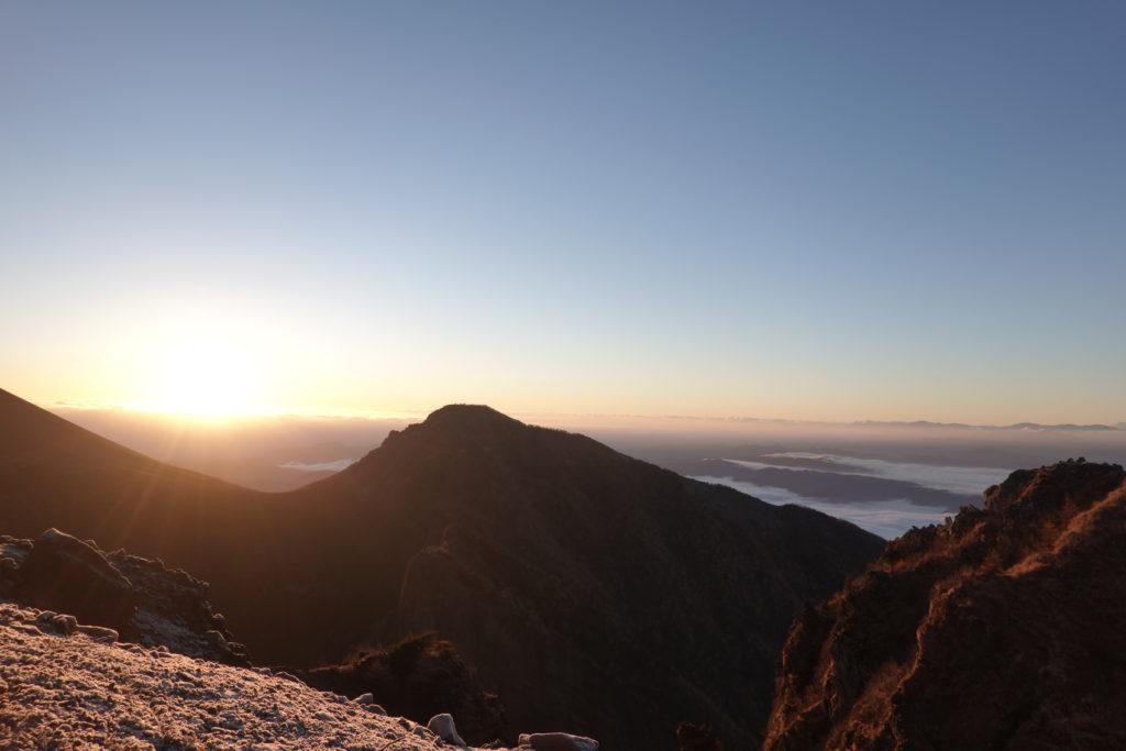 浅間山(前掛山)・朝日に染まる牙山(ぎっぱやま)と剣ヶ峰