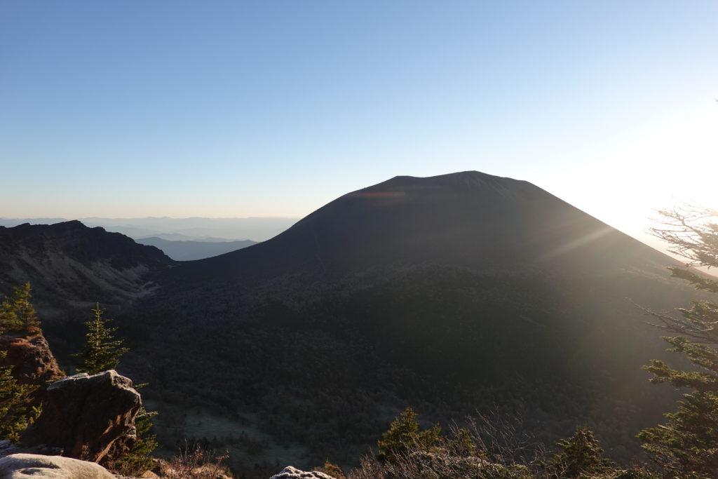浅間山(前掛山)・トーミの頭からの逆光の浅間山(前掛山)