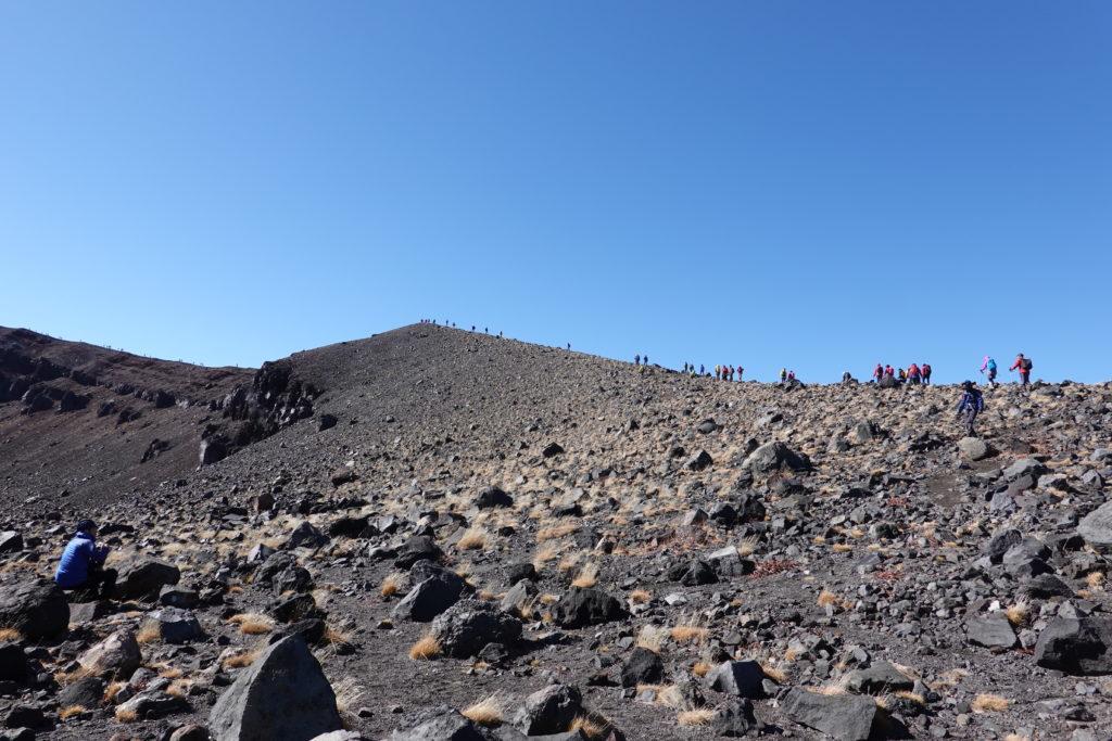 浅間山(前掛山)・前掛山山頂に向かう人たち