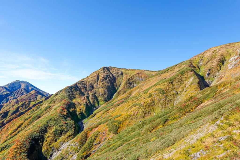 越後駒ヶ岳(魚沼駒ヶ岳)・越後駒ヶ岳の稜線から中ノ岳を望む