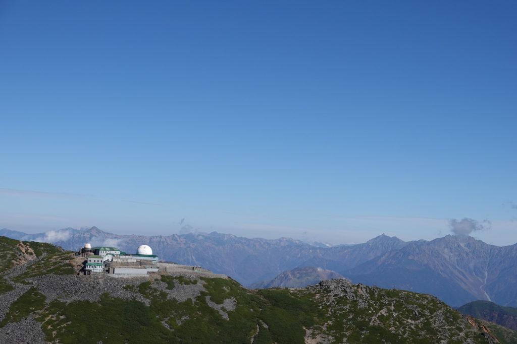 乗鞍岳・摩利支天岳と乗鞍観測所(旧・国立天文台乗鞍コロナ観測所)