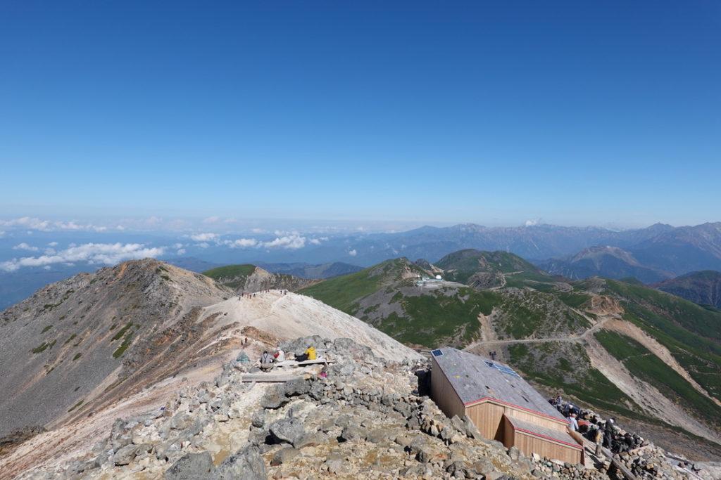 乗鞍岳・頂上小屋と北アルプス