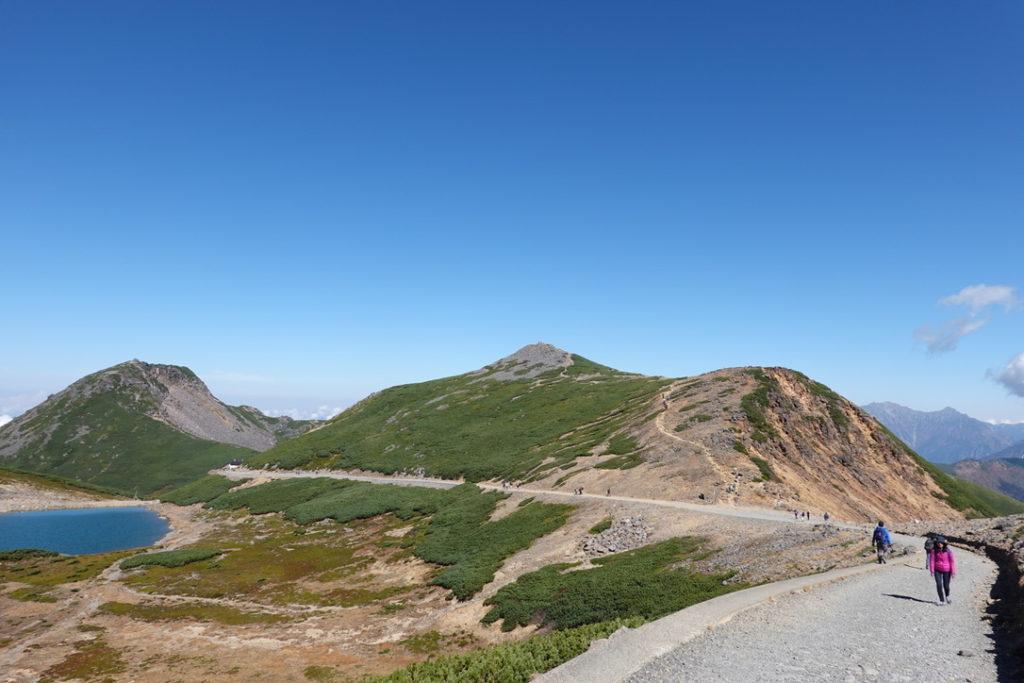 乗鞍岳・摩利支天岳と富士見岳の間にある不消ヶ池(きえずがいけ)