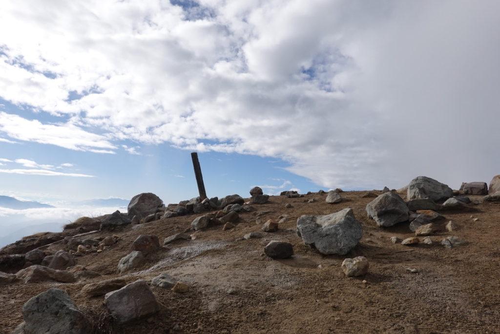 焼岳・焼岳北峰山頂標識見えてきた