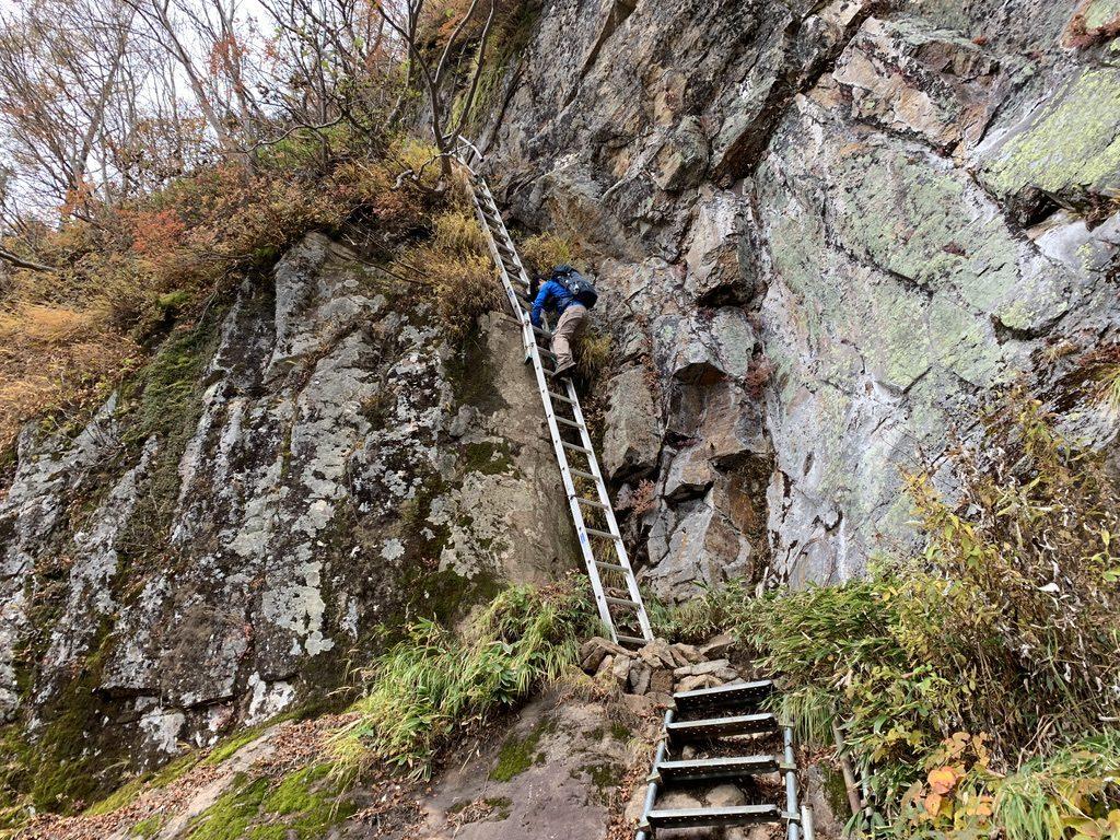焼岳・高さ8m、斜度80度ほどのアルミ製のハシゴ
