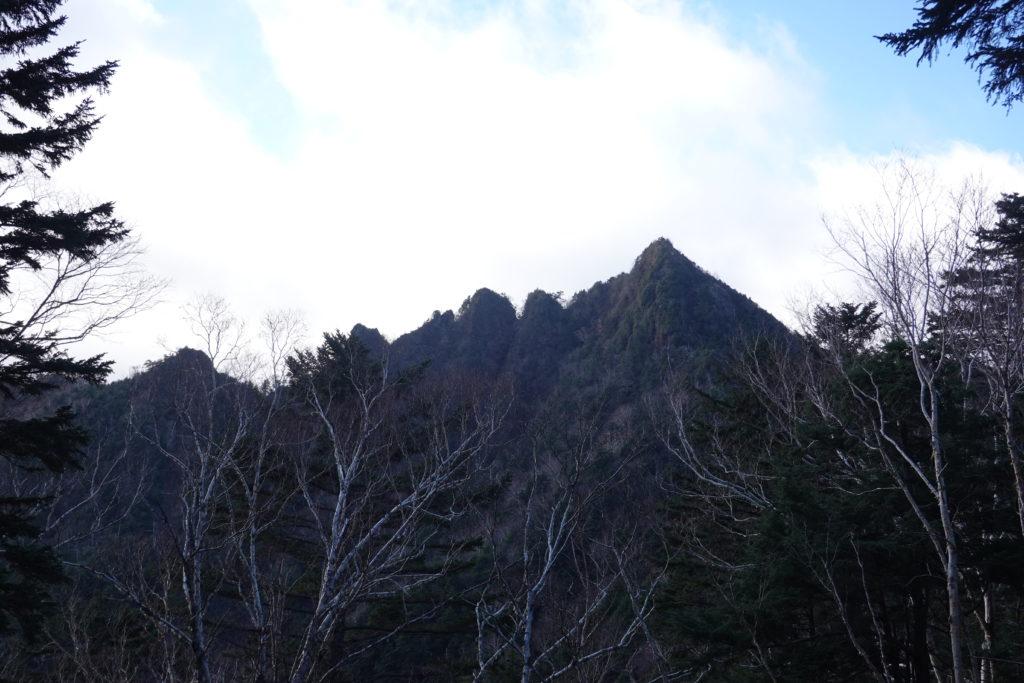 皇海山・不動沢のコルからの鋸山(のこぎりやま)