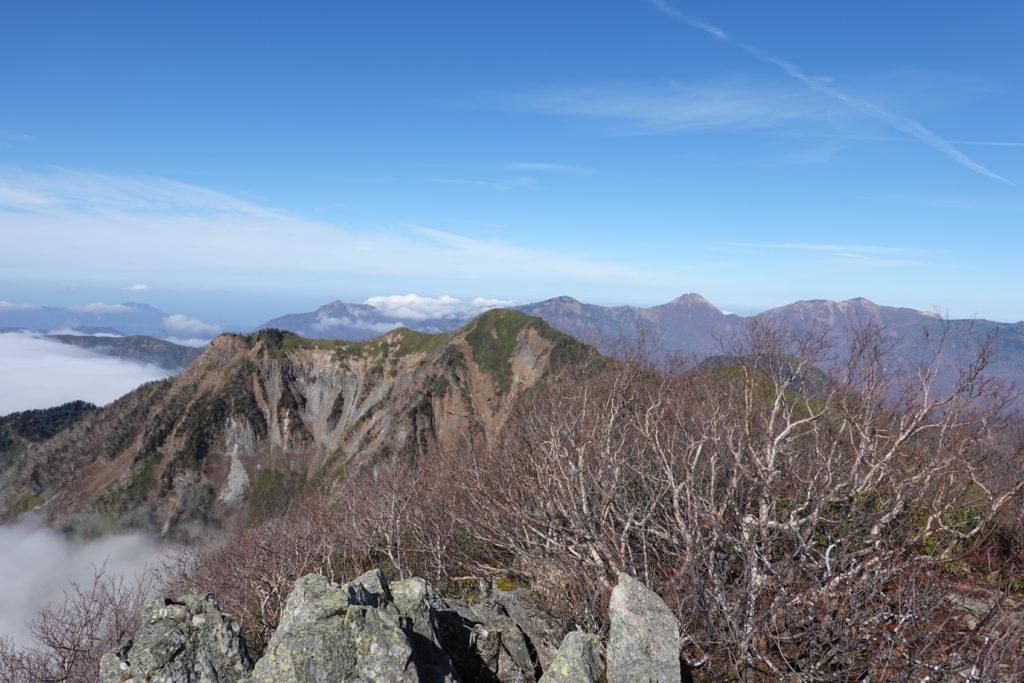 高妻山・戸隠山・高妻山山頂からの雨飾山、乙妻山