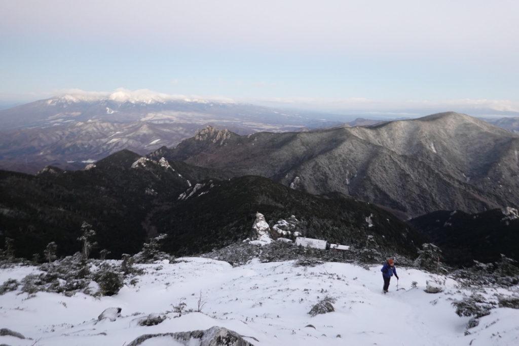 金峰山・金峰山山頂へ・後ろには金峰山小屋と瑞牆山