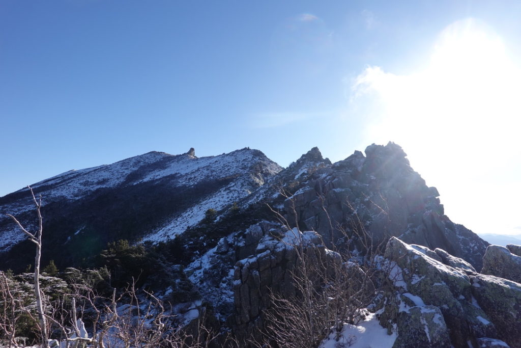 金峰山・金峰山の稜線と五丈石