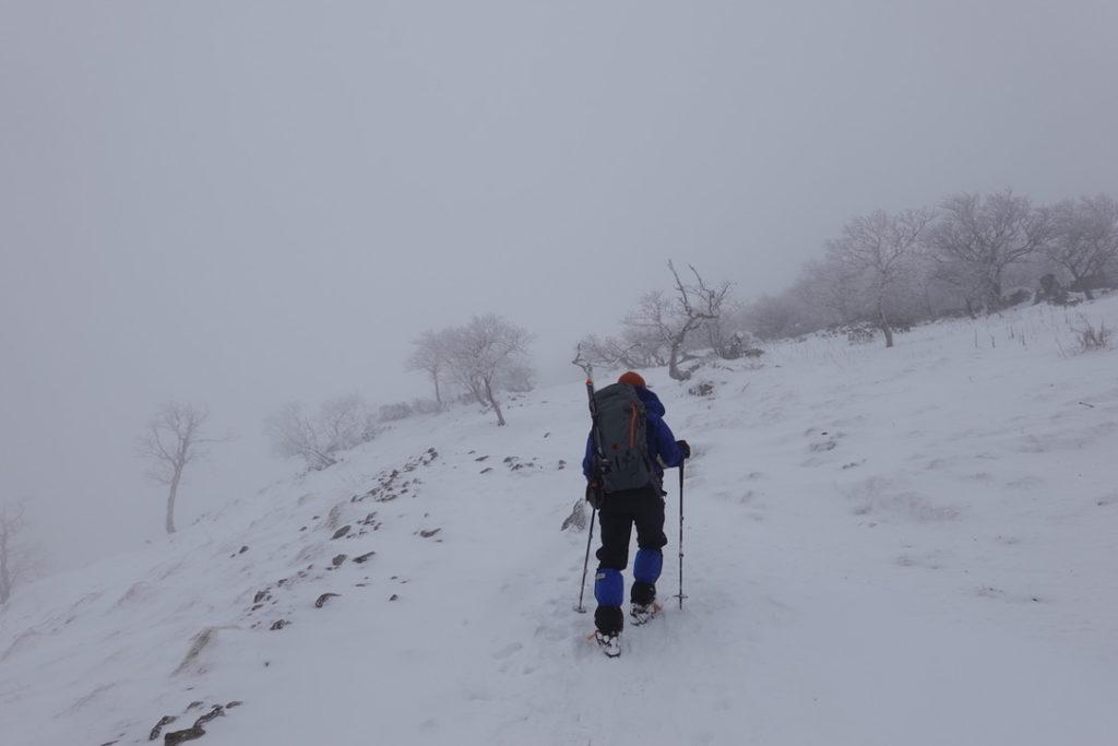積雪期・日光白根山・山頂直下、先頭登る