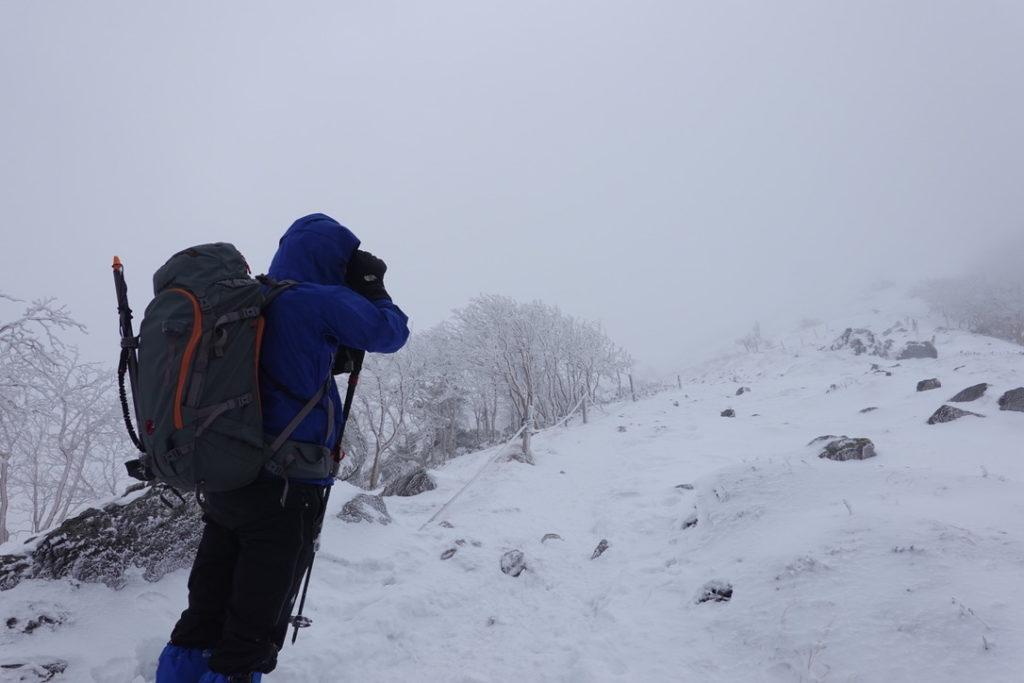 積雪期・日光白根山・山頂直下、強風です