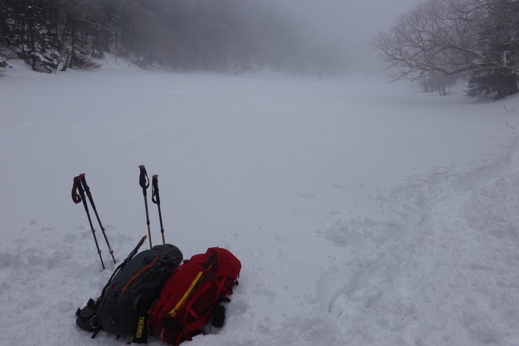 積雪期・日光白根山・弥蛇ヶ池入口あたりで休憩中