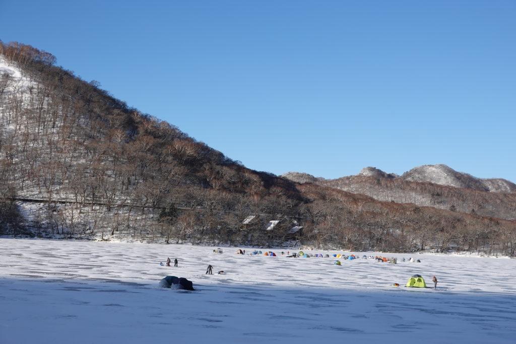 厳冬期・赤城山(黒檜山・駒ヶ岳)・おのこ駐車場から大沼越しの鈴ヶ岳