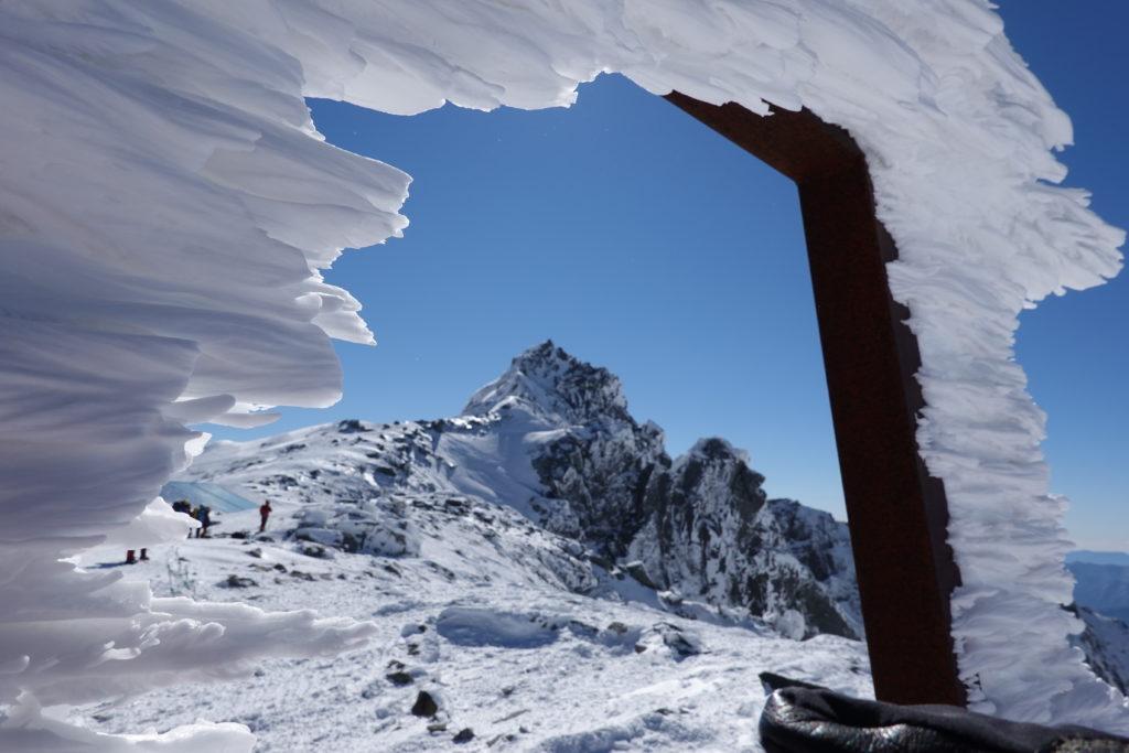 厳冬期・木曽駒ヶ岳・中岳へ向かう途中からの宝剣岳