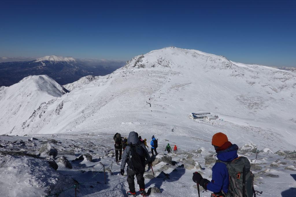 厳冬期・木曽駒ヶ岳・中岳からの木曽駒ヶ岳と駒ヶ岳頂上山荘
