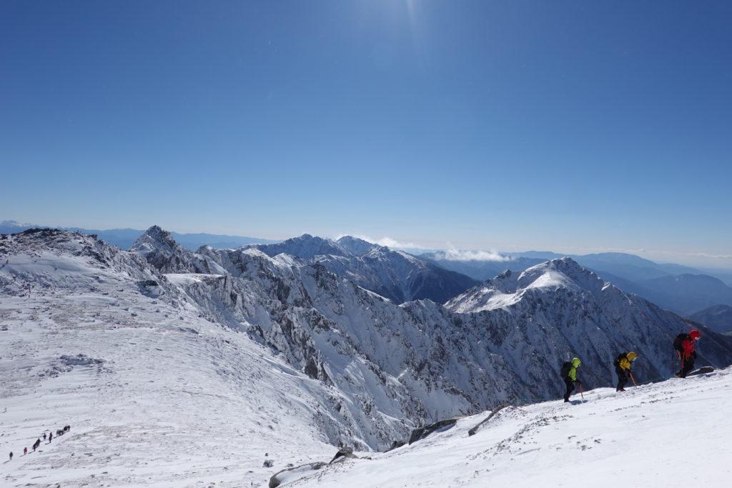 厳冬期・木曽駒ヶ岳・木曽駒ヶ岳山頂から中岳へ・宝剣岳を望む