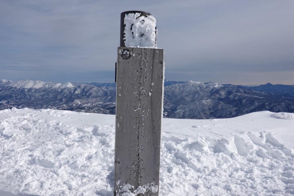 厳冬期・谷川岳・トマノ耳・山頂標識(before)