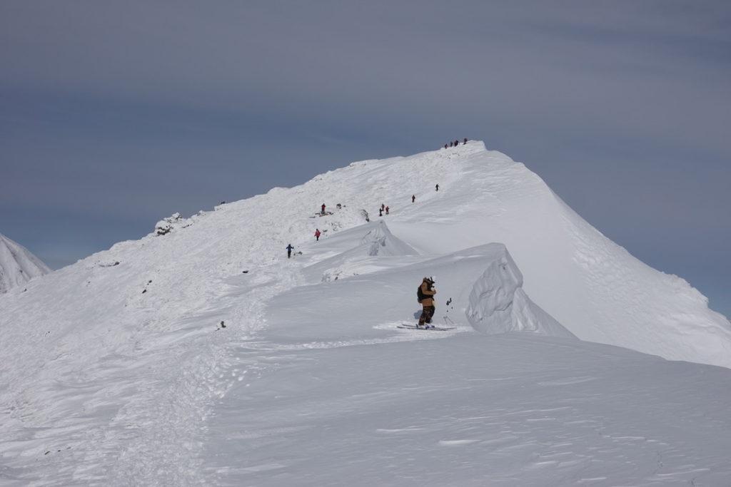 厳冬期・谷川岳・トマノ耳からオキノ耳の間の雪庇を滑ろうとするBCプレイヤー(驚)
