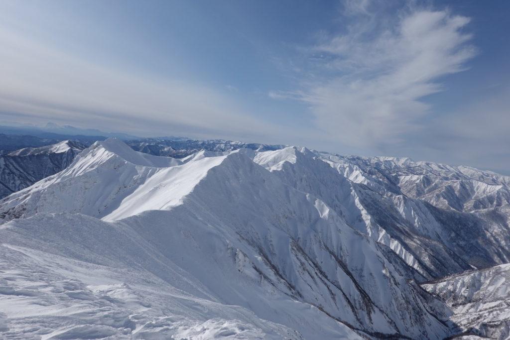 厳冬期・谷川岳・西に広がる谷川連峰の山々(オジカ沢ノ頭、大障子ノ頭、万太郎山)