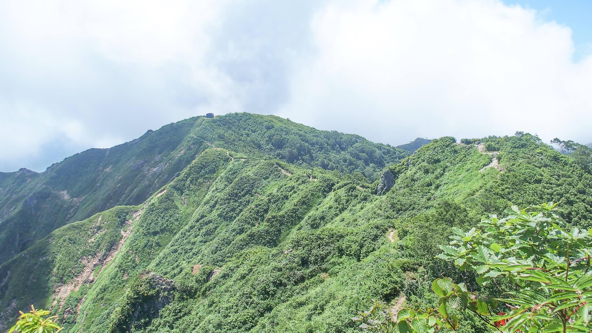 飯豊山・三国岳から種蒔山へ至る道から三国小屋を振り返る