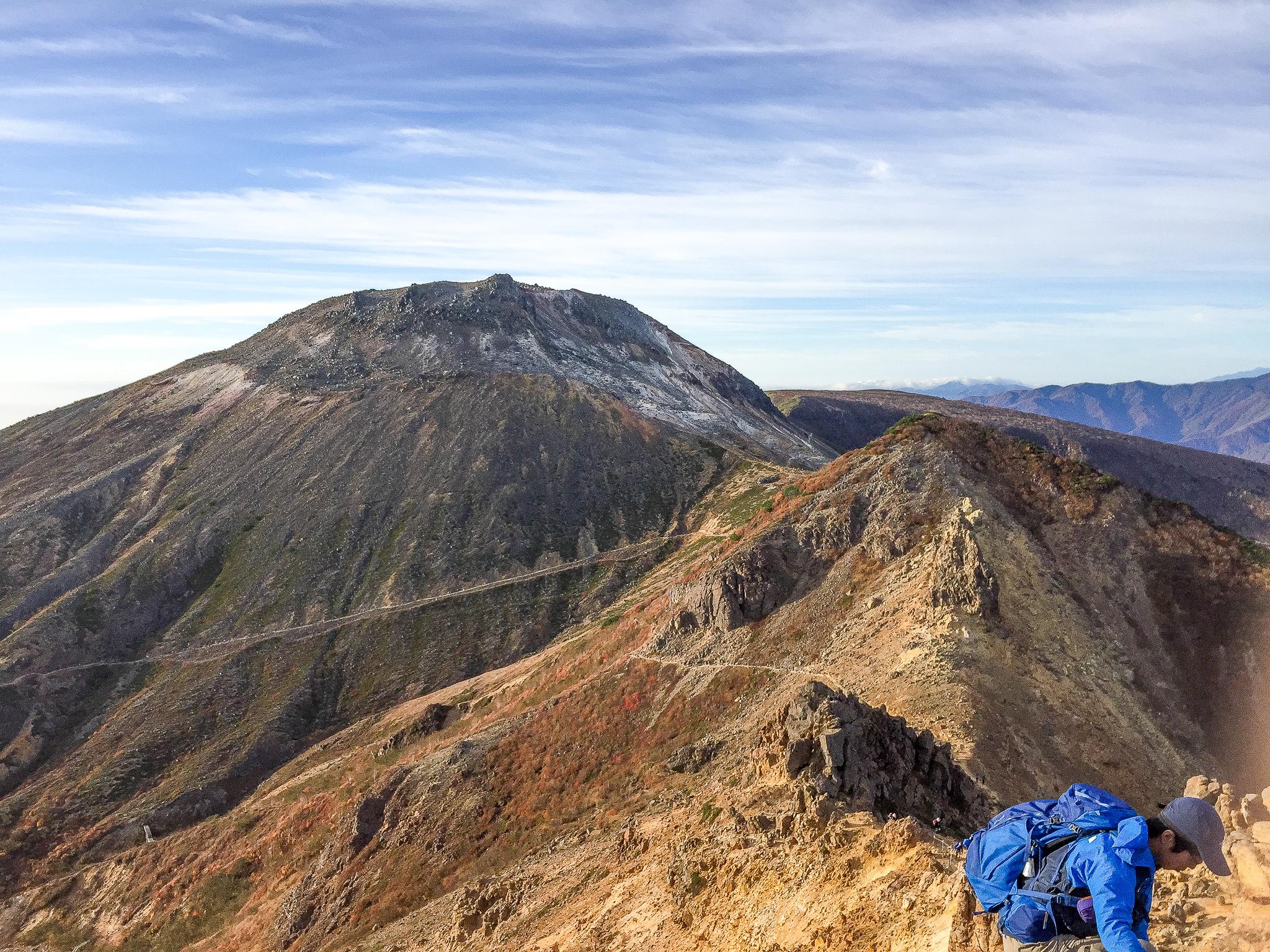 那須岳・朝日岳に向かう稜線から茶臼岳を望む