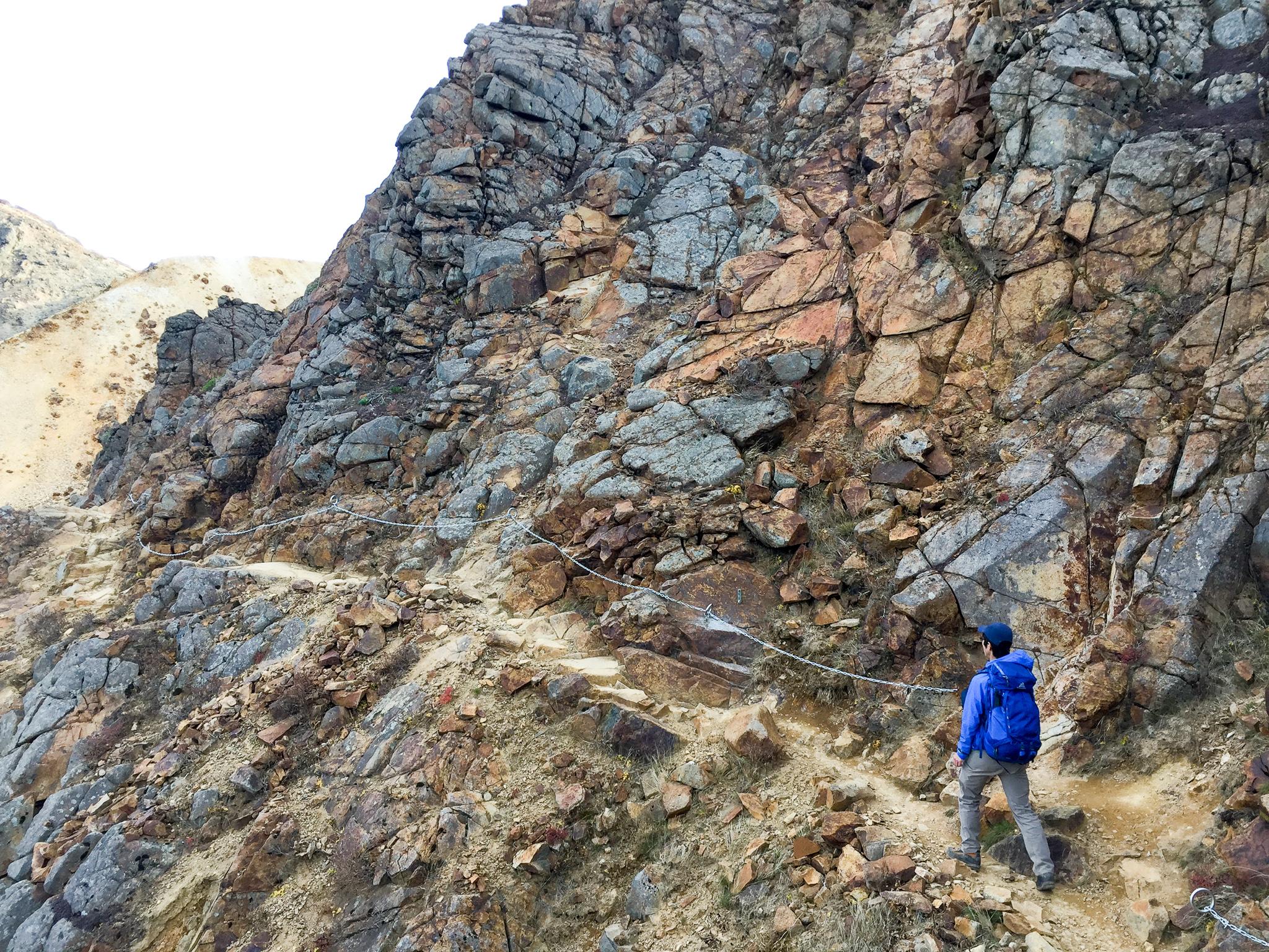 那須岳・朝日岳に向かう稜線にある鎖場