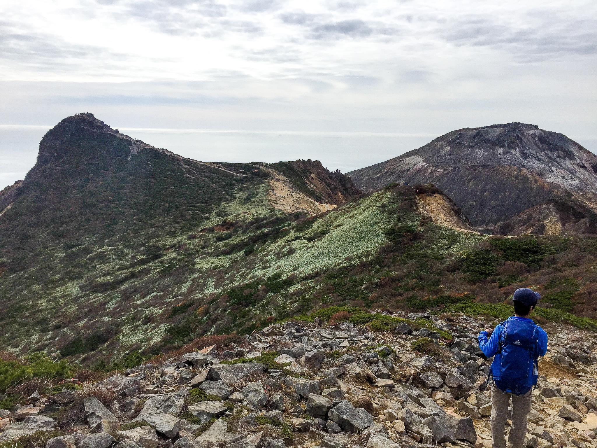 那須岳・1900m峰からの朝日岳(左)と茶臼岳(右)
