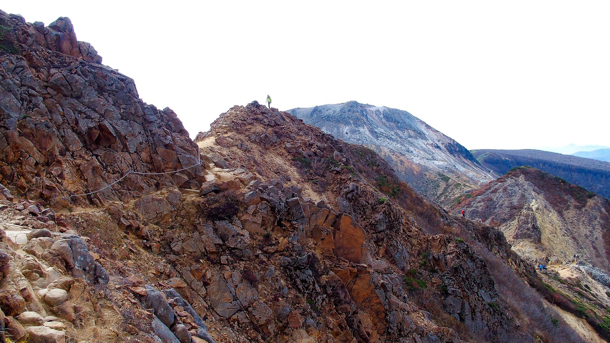 那須岳・朝日岳、茶臼岳間の稜線は、鎖場もあって迫力あります
