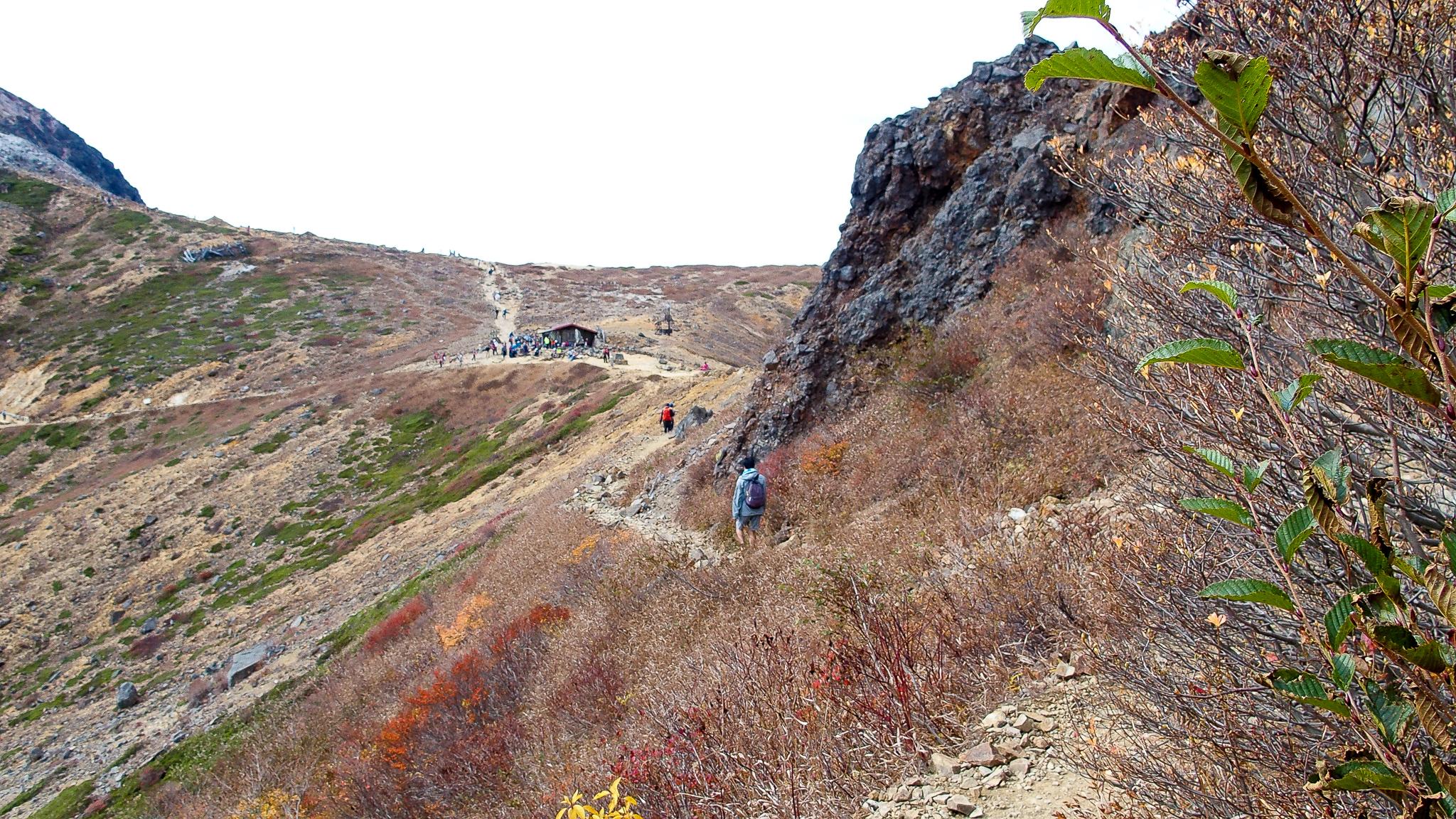 那須岳・剣ヶ峰をぐるっと巻いて、進みます