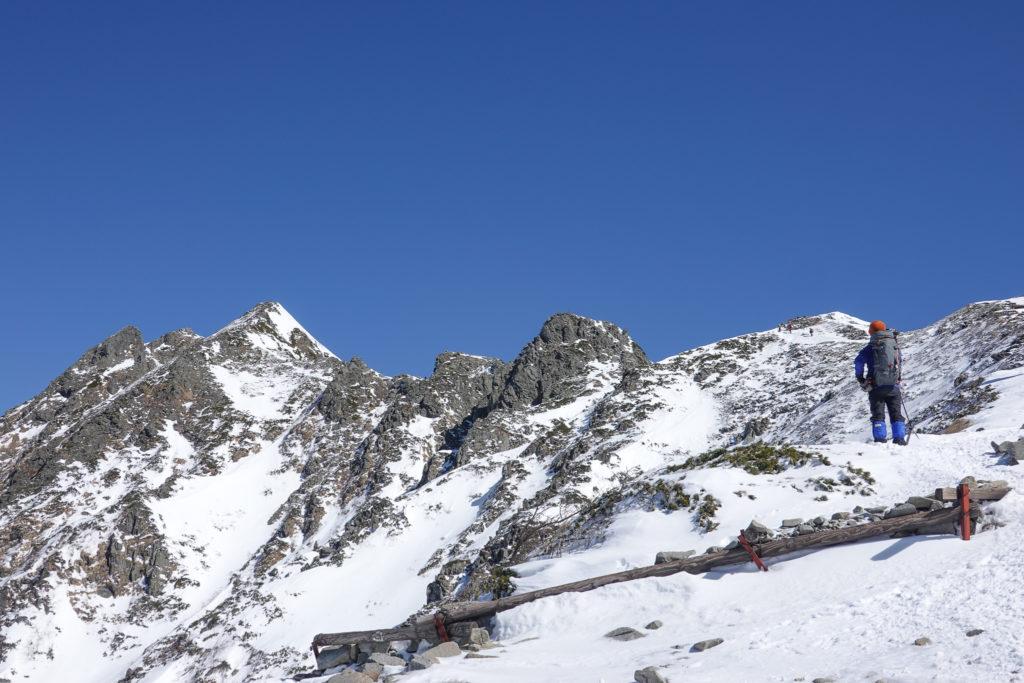 厳冬期・西穂高岳・西穂独標・独標、ピラミッドピーク、チャンピオンピーク、主峰西穂高岳を望む