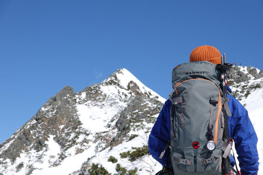 厳冬期・西穂高岳・西穂独標・左にピラミッドピーク、右に独標