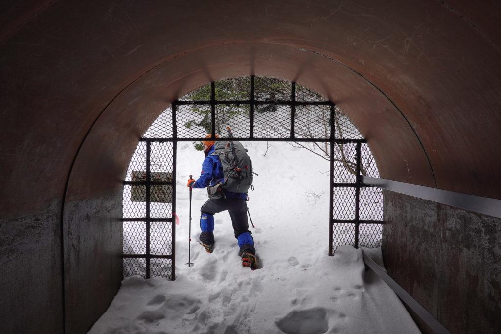 残雪期・浅間山・避難小屋の中