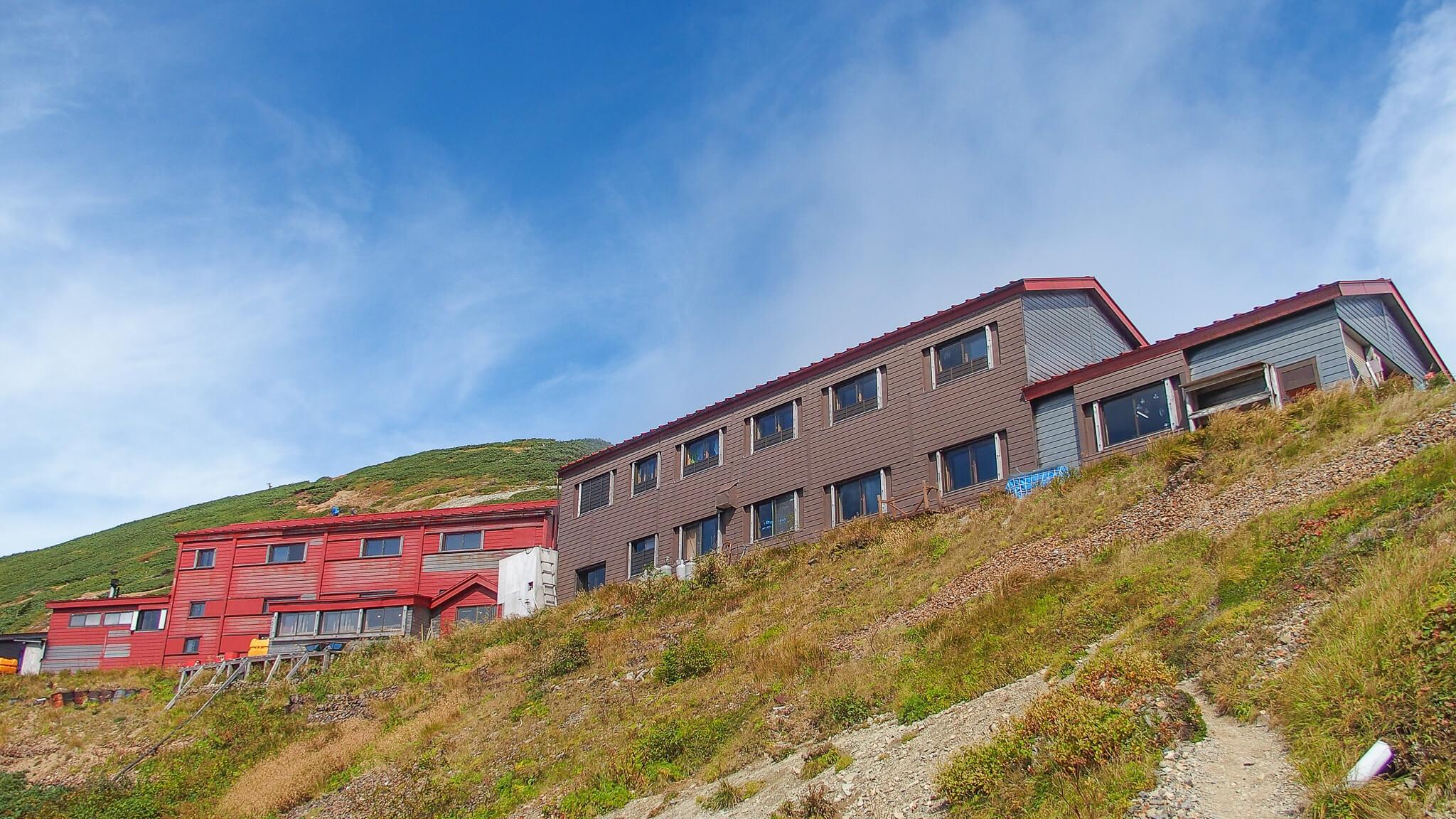 テント場から五竜山荘、白岳を望む