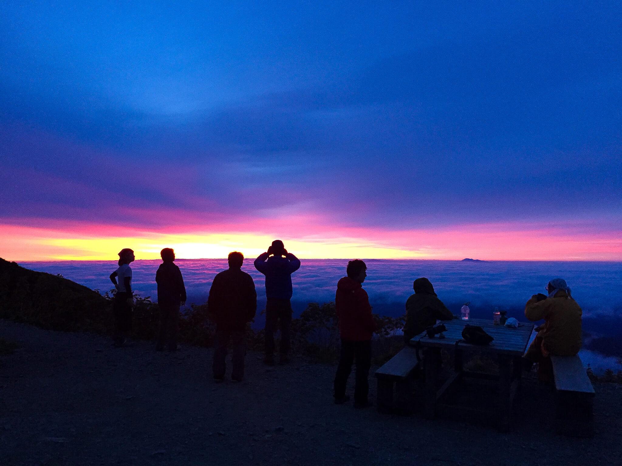 五竜岳・五竜山荘で日の出を待つ2