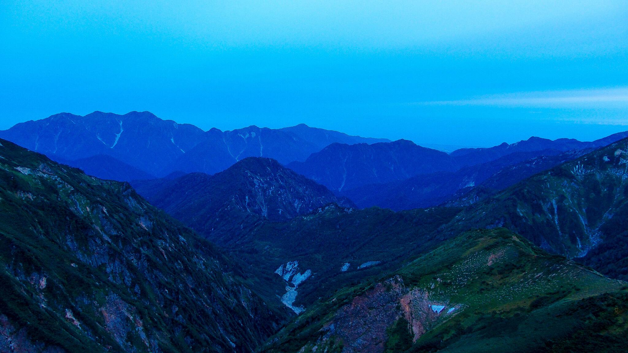 日の出前の、五竜山荘からの景色