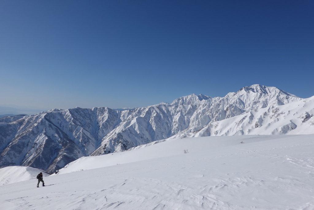 積雪期・唐松岳・八方山からの遠見尾根と五竜岳、うしろには鹿島槍