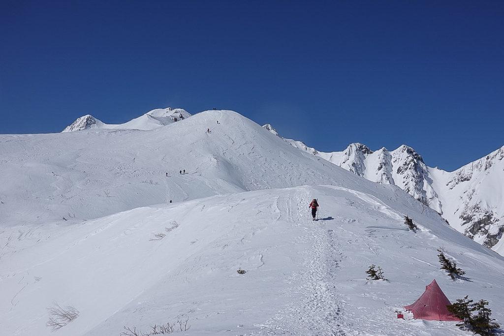積雪期・唐松岳・丸山へ・こんなところにテントを発見!