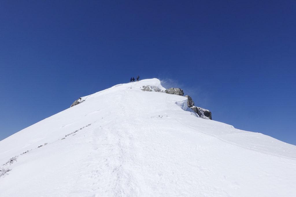 積雪期・唐松岳・天まで届きそうな尾根