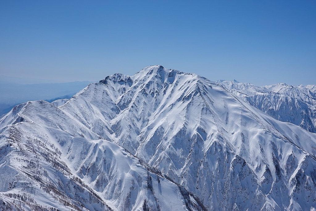 積雪期・唐松岳・唐松岳山頂からの五竜岳と、右には槍ヶ岳