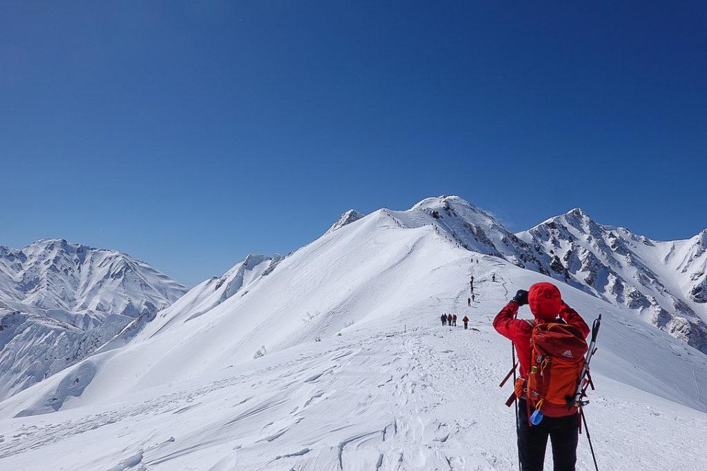 積雪期・唐松岳・振り返って、左に五竜岳、右に唐松岳
