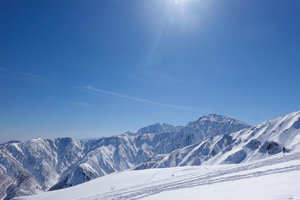 積雪期・唐松岳・快晴の遠見尾根と五竜岳、うしろに鹿島槍ヶ岳