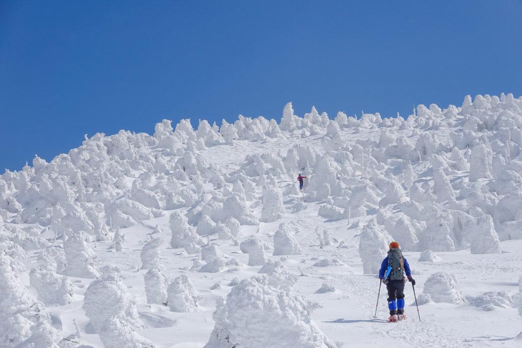 残雪期・西吾妻山・山頂直下のスノーモンスターの森へ