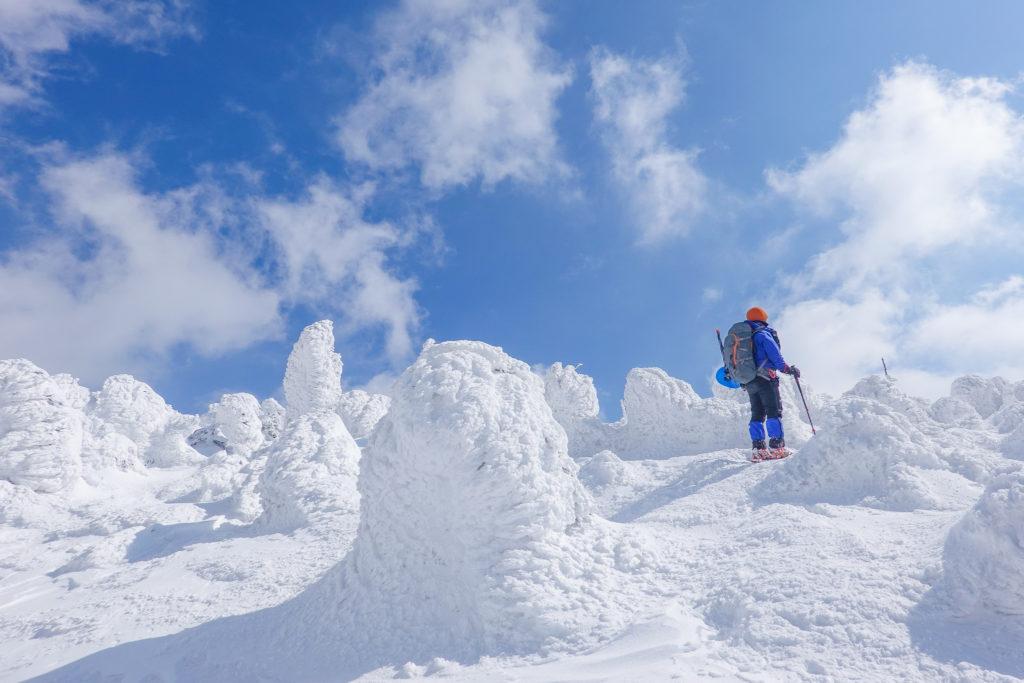 残雪期・西吾妻山・青い空とスノーモンスター(雲がだんだん増えてきた)