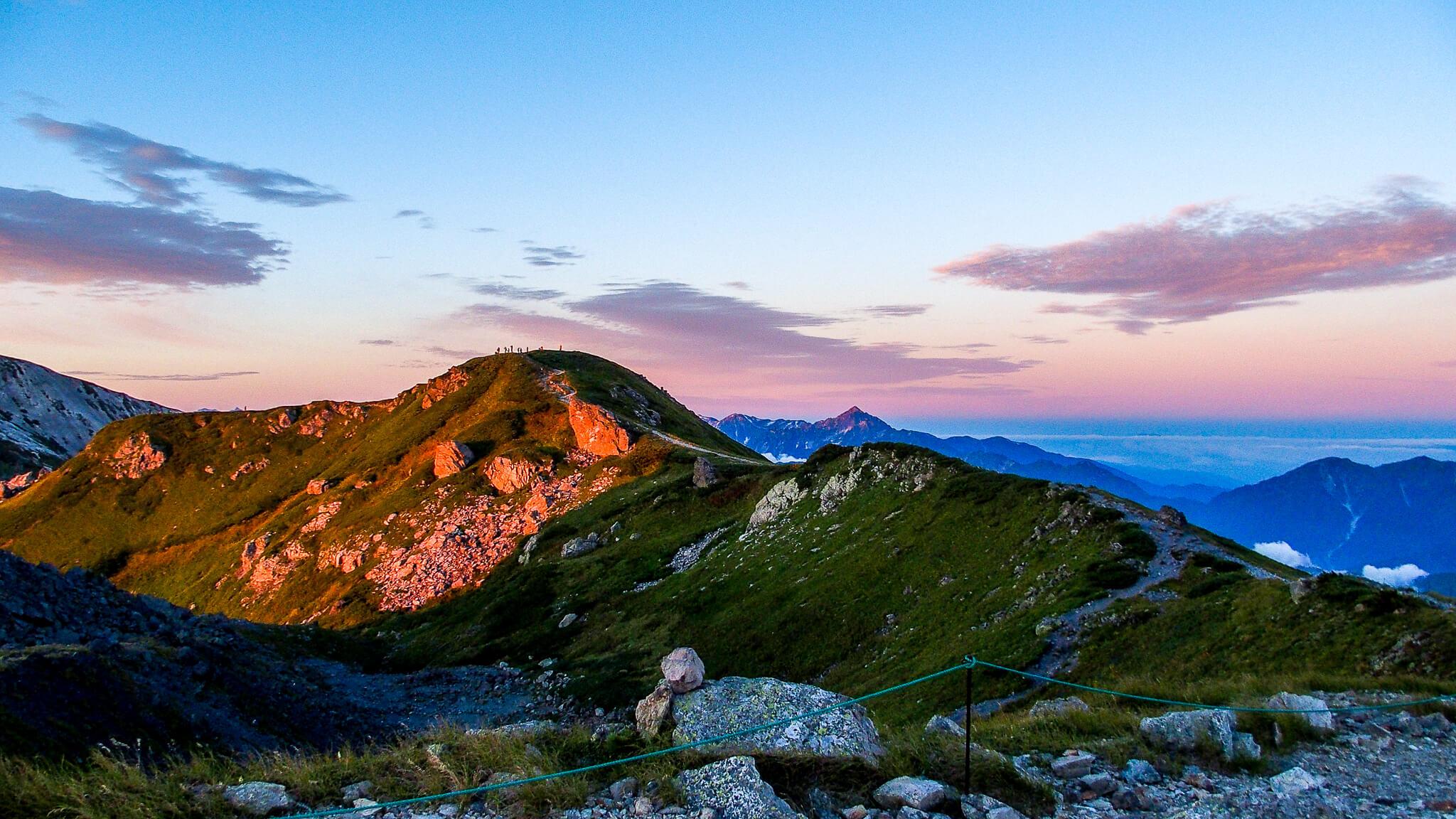 白馬岳・丸山で日の出を待つ登山者たち