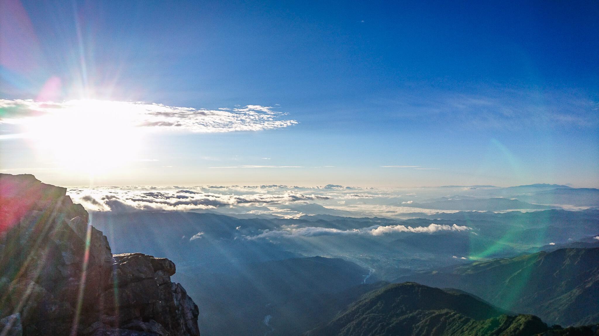 白馬岳・白馬岳山頂からのまぶしい太陽