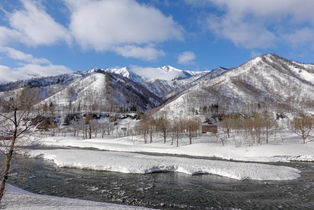残雪期・日向倉山・対岸に見える荒沢岳